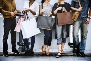 Fem personer med shoppingposer og bager