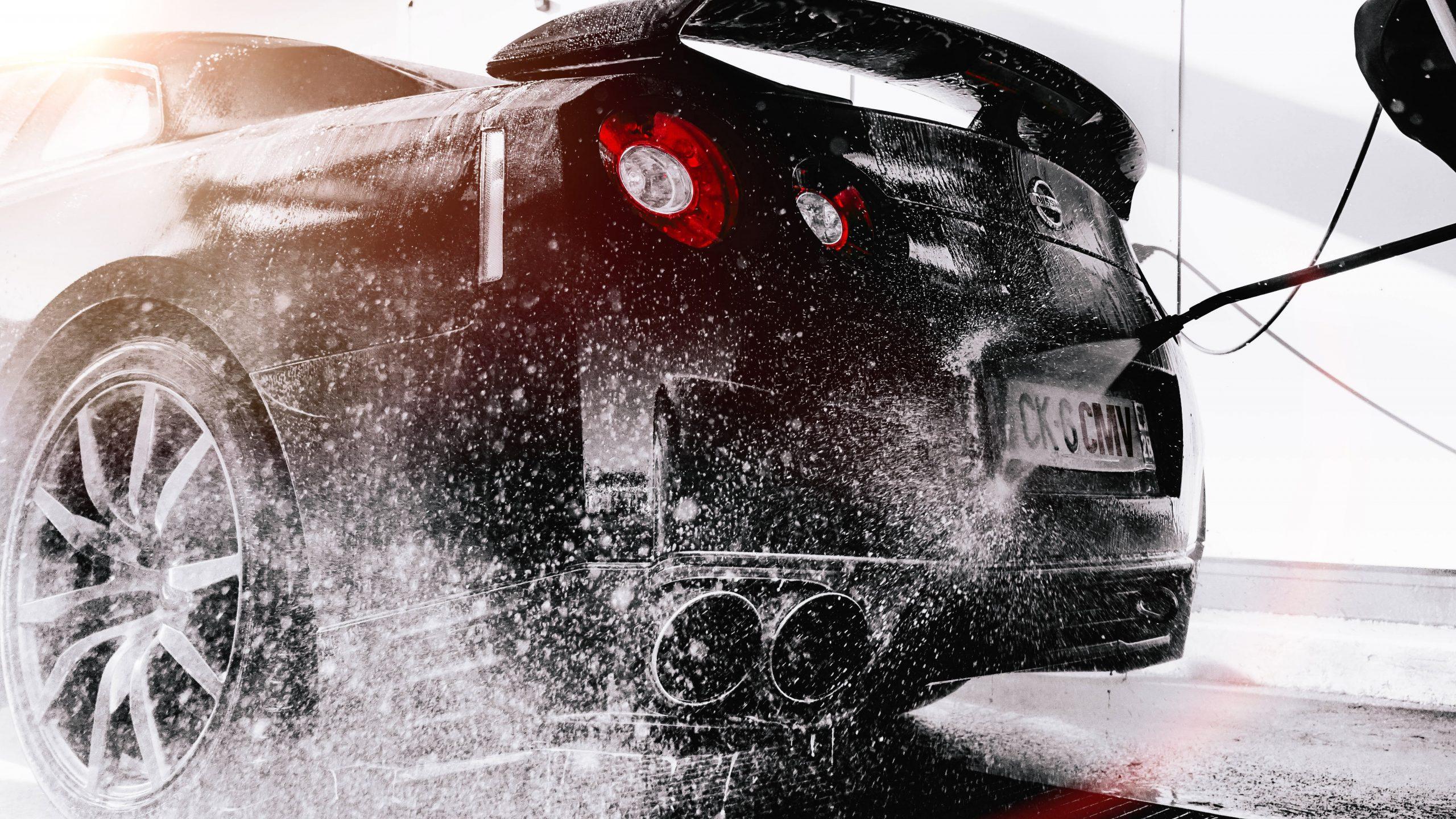bilde av en bil som får bilvask med høytrykkspyler