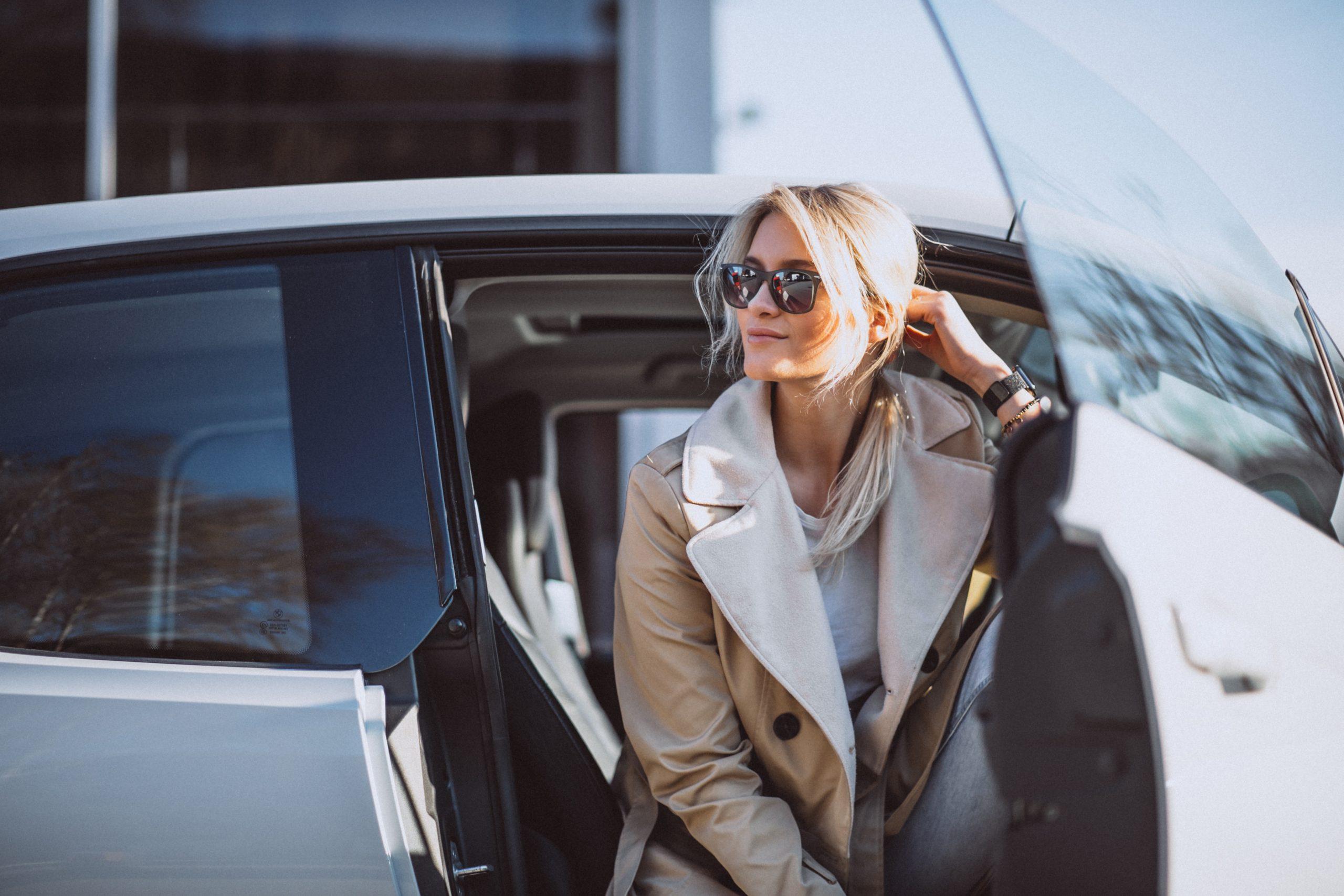 Kvinne som sitter i en elbil og venter