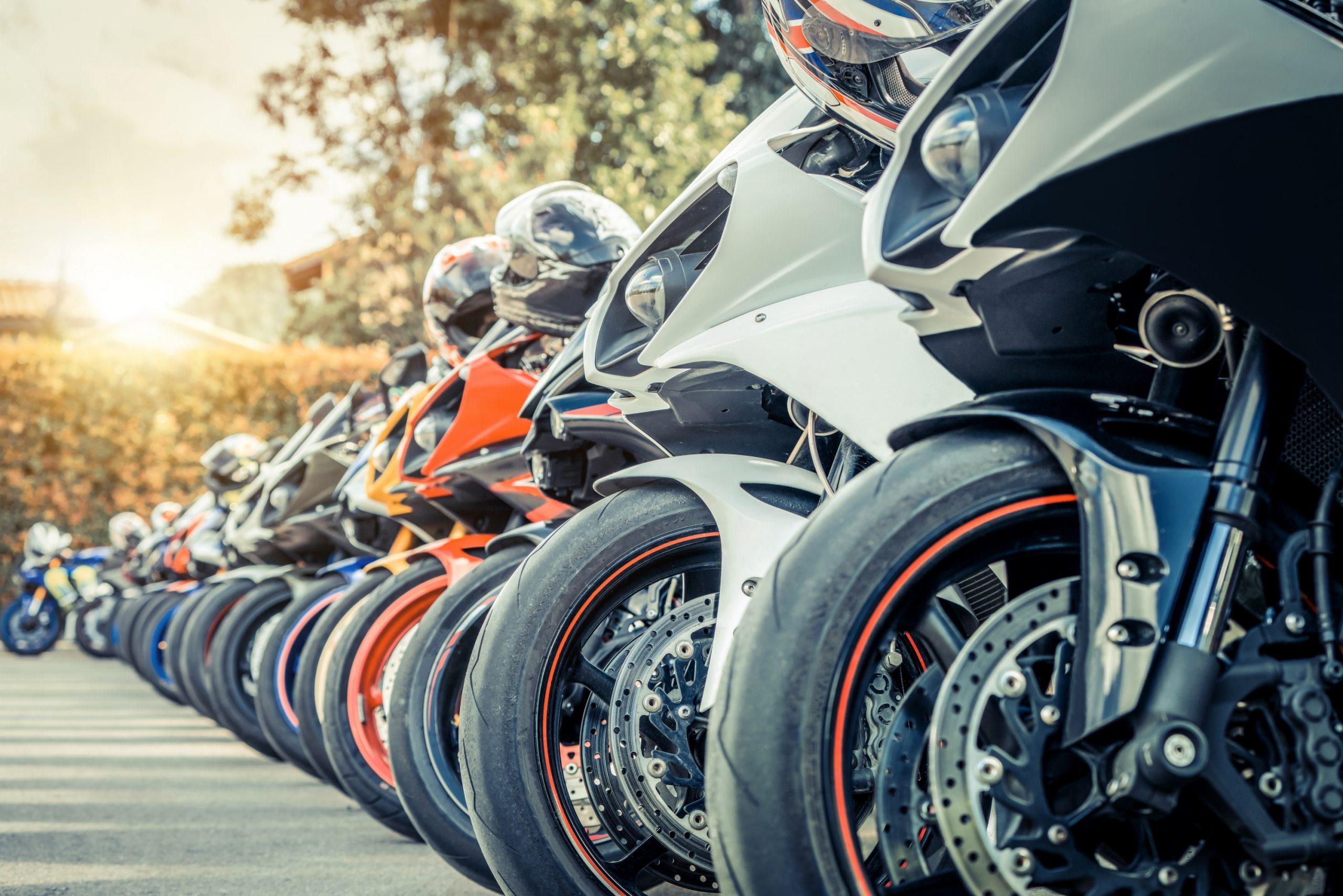 Bilde av en gruppe motorsykler som parkerer på på gata